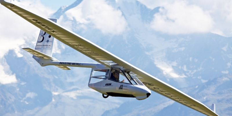Sink-rate like a sailplane (0.5 m/s | 98 fpm). Manoeuvrability like a hang-glider.